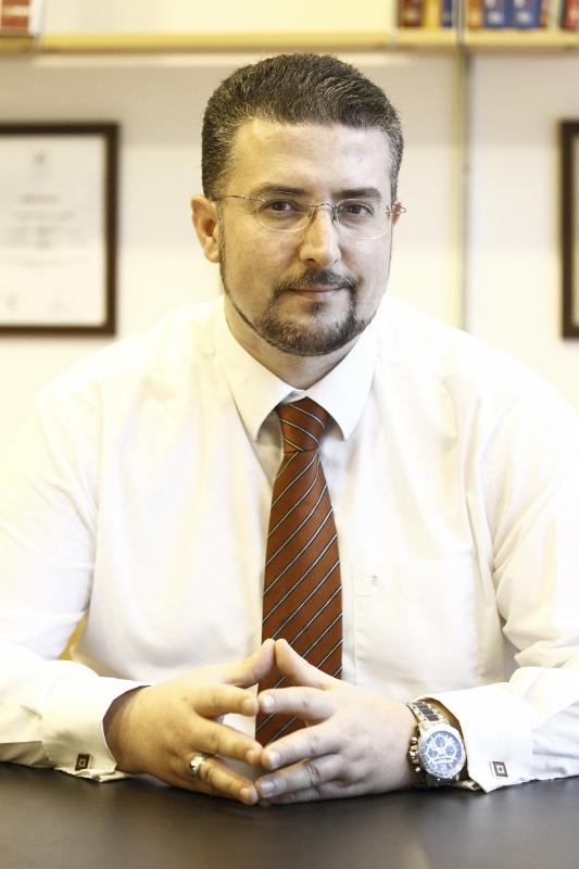 Nahaufnahme von Herrn Georgios Hristopoulos in seinem Büro im Pantheon Aesthetic Center